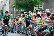 Het Franse team Europcar passeert de wielerliefhebbers. In Utrecht vindt met de presentatie van de renners het eerste officiële deel plaats van de Grand Depart. Op 4 juli start de Tour de France in Utrecht met een tijdrit. De dag daarna vertrekken de wielrenners vanuit de Domstad richting Zeeland. Het is voor het eerst dat de Tour in Utrecht start.<br /> <br /> The French team Europcar passes the fans. In Utrecht the riders present themselves as the first official moment of the Grand Depart . On July 4 the Tour de France starts in Utrecht with a time trial. The next day the riders depart from the cathedral city direction Zealand. It is the first time that the Tour starts in Utrecht.