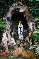 Philippines, archipel des Visayas, île de Bohol, Chocolate Hills, vierge Marie // Philippines, Visayas islands, Bohol island, Chocolate Hills, statue of Maria.