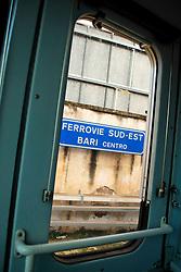 Le Ferrovie del Sud Est nascono in Puglia, nell'ottobre del 1931. A questà nuova società veniva dato in concessione l'insieme delle reti ferroviarie precedentemente gestite da diversi organismi (Società per le Ferrovie Salentine, Società per le Ferrovie Sussidiate, Ferrovie dello Stato)..Le aree pugliesi attraversate dalla società ferroviaria sono l'area barese, la fascia Taranto-Brindisi e l'area leccese-salentina, collegando fra loro i capoluoghi di Bari, Taranto e Lecce, nonché oltre 130 comuni delle province meridionali..Il reportage fotografico sulle Ferrovie Sud Est intende testimoniare l'evoluzione tecnologica che, durante gli anni, ha modificato e migliorato il servizio ferroviario e la convivenza del progresso con tracce del passato, attraverso un viaggio tra le stazioni e i depositi..Nella stazione di Bari Centrale, vista dalla cabina di guida.