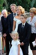Wendy van Dijk en Erland Galjaard zijn getrouwd op Ibiza in het Agroturismo Atzaró . Agroturismo Atzaró bevindt zich in een sinaasappelboomgaard op het platteland van Ibiza. Dit mooie, landelijke hotel beschikt over een klein buitenzwembad en een kleine spa. <br /> <br /> Op de foto: Wendy van Dijk en Erland Galjaard met Sem en dochter Lizzy