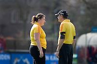 BLOEMENDAAL - scheidsrechter overleggen tijdens de overgangsklasse competitiewedstrijd hockey tussen de vrouwen van Bloemendaal en Zwolle (2-0). COPYRIGHT KOEN SUYK