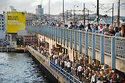 Turkije, Istanbul, 4-6-2011Straatbeeld van Istanbul . De galatabrug.Foto: Flip Franssen
