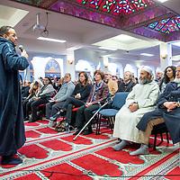 Nederland, Amsterdam, 5 maart 2017.<br /> Op zondag 5 maart om 14.00 uur organiseren het Comité 21 maart en het Collectief Tegen Islamofobie en Discriminatie een solidariteitsbijeenkomst in de Grote Moskee van Amsterdam aan de Weesperzijde 76. Iedereen is uitgenodigd om zijn solidariteit met moslims te tonen. In het huidige politieke klimaat is de rechtsstaat onder druk komen te staan en biedt zij volgens meerdere partijen niet aan alle burgers gelijke bescherming. Daarom zullen we samen een geluid laten horen tegen de haatzaaiende verhalen en met zoveel mogelijk verschillende mensen solidariteit tonen met moslims. Dit is hard nodig omdat zij vaak niet alleen doelwit voor extreem-rechts zijn, maar ook voor religieus extremisme. <br /> De islam en moslims worden vandaag de dag over het hele politieke spectrum geproblematiseerd en dat zorgt voor een gevoel van angst en onveiligheid. Op deze dag komen organisaties die zich inzetten voor de rechten van vrouwen en homo's, tegen anti-zwart racisme en islamofobie, vakbonden en migrantenorganisaties samen om deze angst te vervangen door binding en inclusiviteit. Naast het tonen van solidariteit willen de organisaties iedereen oproepen om naar de stembus te gaan en actief deel te nemen aan het publieke debat. <br /> Gespreksleider is: Yassin El Forkani (Jongerenimam)<br />  <br /> <br /> Foto: Jean-Pierre Jans