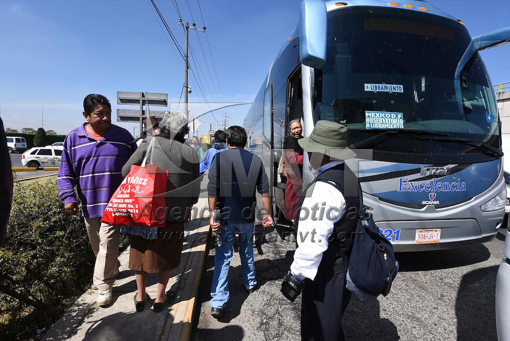 Lerma, México (Noviembre 03, 2016).- En el paradero de autobuses de San Pedro Tultepec, en donde se presume abordaron los 4 presuntos ladrones que murieron baleados por un usuario del autobús, realizan revisión con un detector de metales para revisar que quienes suben a los vehículos de la empresa Flecha Roja.  Agencia MVT / Crisanta Espinosa
