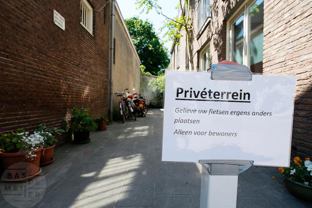 In Utrecht vragen bewoners via een eigengemaakt bord geen fietsen op hun grond te zetten.<br /> <br /> A sign is asking people to not park bikes on the private property.