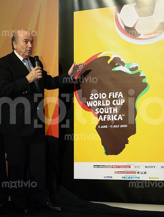 Fussball im   FIFA WM 2010       23.11.2007 FIFA Praesident Joseph S. Blatter praesentiert das offizielle Poster für die Weltmeisterschaft 2010 in Südafrika, das Portraet von Kameruns Fußball-Star Samuel Eto'o in der Form des afrikanischen Kontinents ziert .