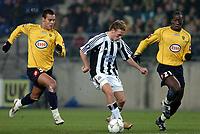 Fotball<br /> UEFA-cup 2004/05<br /> Sochaux v Newcastle<br /> 25. november 2004<br /> Foto: Digitalsport<br /> NORWAY ONLY<br /> CRAIG BELLAMY (NEW) / GREGORY PAISLEY / SOULEYMANE DIAWARA (SOC)