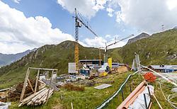 THEMENBILD - Bauarbeiten am Kitzsteinhorn Gletscher. Ab Dezember 2019 wird das Familienskigebiet Maiskogel mit dem Gletscherskigebiet Kitzsteinhorn verbunden sein, aufgenommen am 13. August 2018 in Kaprun, Österreich // construction site of new Cable Cars on the Kitzsteinhorn Glacier, Kaprun, Austria on 2018/08/13. EXPA Pictures © 2018, PhotoCredit: EXPA/ JFK
