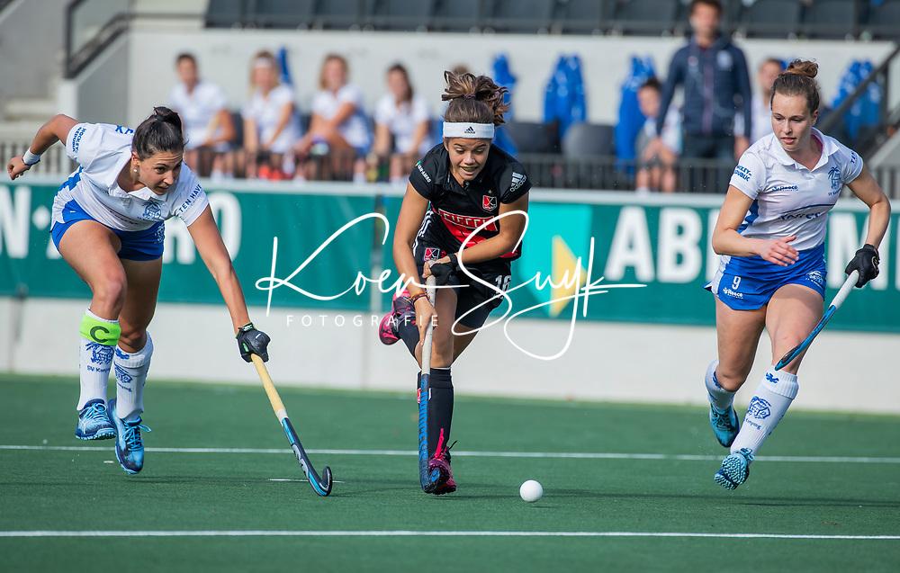 AMSTELVEEN  - Noor de Baat (A'dam)  met Malou Pheninckx (Kampong) en Elsie Nix (Kampong) tijdens de Livera Hoofdklasse competitiewedstrijd dames Amsterdam-Kampong (0-1) . COPYRIGHT KOEN SUYK
