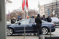 DEU, Deutschland, Germany, Berlin,03.02.2018: Fotografen und Kameraleute belagern ein eintreffendes Auto eines Politikers vor den Koalitionsverhandlungen zwischen CDU/CSU und SPD im Konrad-Adenauer-Haus.