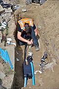 Nederland, Ubbergen, 4-9-2015Glasvezelnetwerk in opdracht van KPN. In het dorp wordt glasvezel aangelegd.  Een wijkcentrale wordt aangesloten op het glasvezelnet. Op de foto zijn installatiemonteurs bezig de kabels te verbinden, lassen, met de hoofdkabel die naar de centrale loopt.Modern supersnel netwerk waarop aanbieders van internet, digitale tv en telefonie hun diensten kwijt kunnen.Foto: Flip Franssen/Hollandse Hoogte