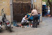 Iran, Yazd, 01.09.2016: Ein Schuhputzer in Yazd, Provinz Yazd, Zentral-Iran.