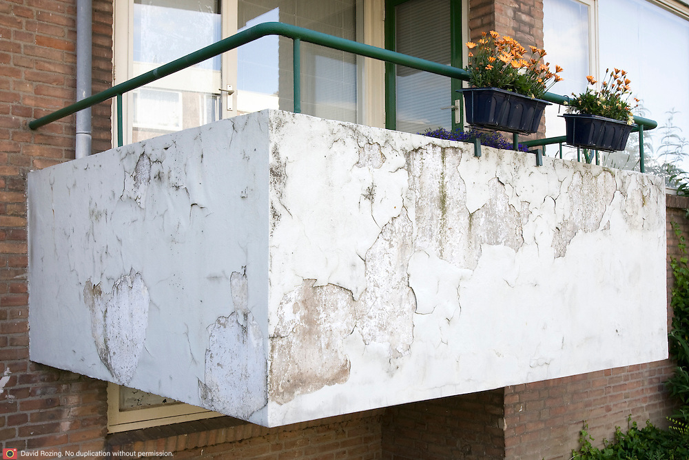 Nederland Rotterdam 01-06-2009 20090601 Foto: David Rozing   ..Achterstandswijk Pendrecht Rotterdam zuid, slecht onderhouden balkons, afgebladderde verf kale plekken op balkons, bewoner probeert armzalig exterieur op te  fleuren met een bloemetje, bleoemen, bloembakken, contrast. deprived area / projects âEURoeKatendrecht âEURoe This area is on a list with projects which need help of the government because of degradation in the area etc., project, suburb, suburbian, problem. Neighboorhood, neighboorhoods, district, city, problems,  daily life Holland, The Netherlands, dutch, Pays Bas, Europe ..Foto: David Rozing