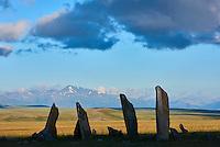Mongolie, province de Bayan-Ulgii, Parc national de Tavan Bogd, stèle à cerf, monument monolithique funéraire datant de l'age de Bronze // Mongolia, Bayan-Ulgii province, western Mongolia, National parc of Tavan Bogd, deer stone, funeral site, monolithic monument
