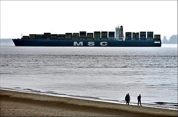 Nederland, Vlissingen, 14-9-2014 Een containerschip vaart bij Vlissingen op de Westerschelde naar de haven van Antwerpen in belgie. Vanaf de boulevard of het strand van Vlissingen heb je mooi zicht op de scheepsbewegingen. Mediterranean Shipping Company S.A.,MSC,is een internationale rederij die gespecialiseerd is in containertransport. Het is een Zwitsers bedrijf. Op dit moment is MSC het op een na grootste bedrijf op het gebied van containertransport over water.FOTO: FLIP FRANSSEN/ HOLLANDSE HOOGTE