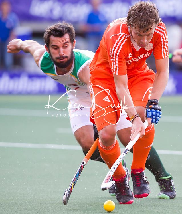 DEN HAAG -  Constantijn Jonker  in duel met Jetho Eusticetijdens de wedstrijd tussen de mannen van Nederland en Zuid Afrika in het WK hockey 2014.  ANP KOEN SUYK