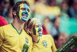 Casal de torcedores do Brasil na partida entre Brasil e França no estádio Arena do Grêmio, em Porto Alegre (RS). FOTO: Jefferson Bernardes/Preview.com