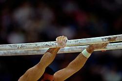 01.08.2012, Olympische Sommerspiele 2012 in London, Turnen Mehrkampf Finale Männer, in der North Greenwich Arena.  Athlet am Barren....*Copyright by:  M.i.S.-Sportpressefoto, I N N S B R U C K E R S T R . 12, 87719 M I N D E L H E I M, Tel: 08261/20944,  (MAIL: misbernd@t-online.de, Homepage: www.mis.mn)