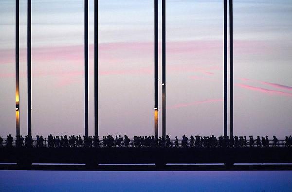 Nederland, Nijmegen, 20-7-2010Op de Wedren startten om 3 uur de eerste lopers van de 4daagse om via de waalbrug bij zonsopkomst de betuwe in te lopen. De eerste meters door de stad werden zij aangemoedigd door bezoekers van de zopmerfeesten die het laat hadden gemaakt. Dit jaar wordt voor het eerst gewerkt met polsbandjes met een barcode die de controle op het parcours makkelijker maakt. Vanwege het verwachte warme weer op dinsdag wordt die eerste dag een half uur eerder gestart en worden extra waterpunten ingericht.Foto: Flip Franssen/Hollandse Hoogte