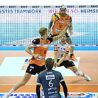 17.10.2020, Max Schmeling Halle, Berlin, GER, 1.VBL, BR VOLLEYS VS. SWD powervolleys Dueren, <br /> im Bild Anton Brehme (BR Volleys #8), Julian Zenger (BR Volleys #10), Samuel Tuia (BR Volleys #12)<br /> <br />    <br /> Foto © nordphoto /  Engler