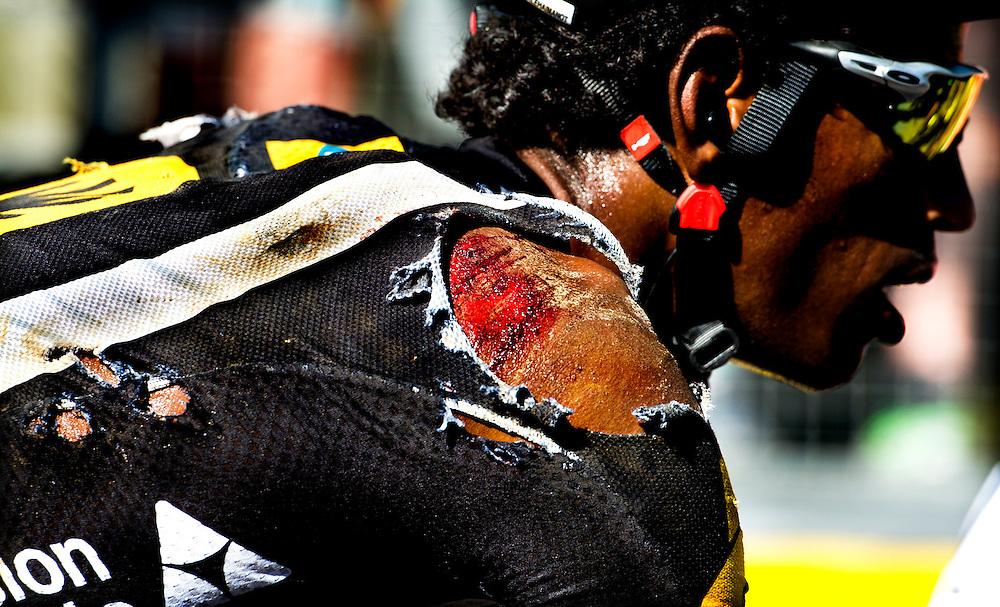 Belgie, Huy, 06-07-2015.<br /> Wielrennen, Tour de France.<br /> Etappe van Antwerpen naar Huy.<br /> Daniel Teklehaimanot na een valpartij in de etappe naar Huy.<br /> Foto: Klaas Jan van der Weij