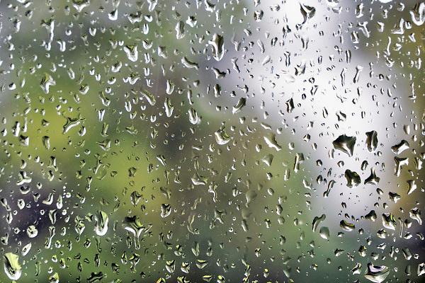 Nederland, Ubbergen, 9-8-2018 Regendruppels, waterdruppels tegen een raam tijdens een hevige regenbui FOTO: FLIP FRANSSEN