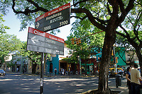 """SENALES VIALES """"SERRANO"""" Y """"HONDURAS"""" EN PLAZA JULIO CORTAZAR DICHA SERRANO, BARRIO DE PALERMO VIEJO O SOHO, BUENOS AIRES, ARGENTINA"""