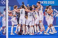 TOKIO - Vreugde bij  België   na de hockey finale mannen, Australie-Belgie (1-1), keeper Vincent Vanasch (Bel) wordt bedoven, België wint shoot outs en is Olympisch Kampioen,  in het Oi HockeyStadion,   tijdens de Olympische Spelen van Tokio 2020. COPYRIGHT KOEN SUYK