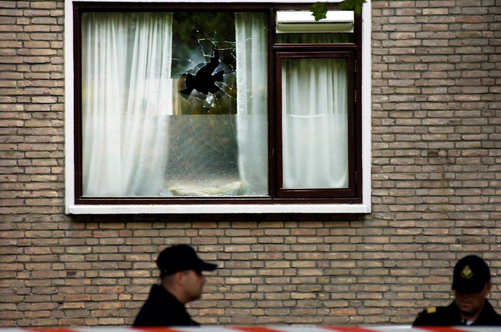 Nederland, Den Haag, 14  okt 2005.Terrreurdreiging. Het Binnenhof is afgezet door politiemensen met kogelvrije vesten vanwege terreurdreiging. In den Haag werden arrestaties verricht en Samir A werd weerr opgepakt. In de Moersweg werd een handgranaatt door een raam gegooid, maar ontplofte niet. De politie doorzoekt de woning. Mannen in witte pakken.. .Foto (c) Michiel Wijnbergh