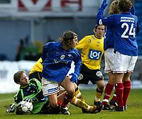 Fotball. Eliteserien Vålerenga - Start. Startkeeper Rune Nilssen i duell med Vålerengas David Hanssen.<br /> <br /> Foto: Andreas Fadum, Digitalsport
