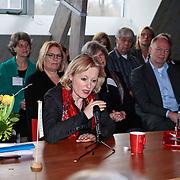 NLD/Huizen/20100108 - Staatsecreatris Jet Bussemaker bezoekt Huizen en praat met de inwoners en bestuursleden