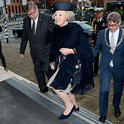Prinses Beatrix bij viering 200 jaar Commissie van Toezicht op gevangeniswezen in Vergadercentrum Regardz Eenhoorn Amersfoort.<br /> <br /> Princess Beatrix at celebration 200 years Supervisory Committee on Prisons in Conference center Regardz Unicorn Amersfoort.<br /> <br /> Op de foto / On the photo: <br /> <br />  Aankomst prinses Beatrix / arrival Princes Beatrix