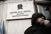 Un agente della polizia penitenziari protesta sotto la sede del Dap durante la manifestazione organizzata, dal sindacato Agenti polizia penitenziaria Sappe. Roma, 23 gennaio 2013. Christian Mantuano / OneShot