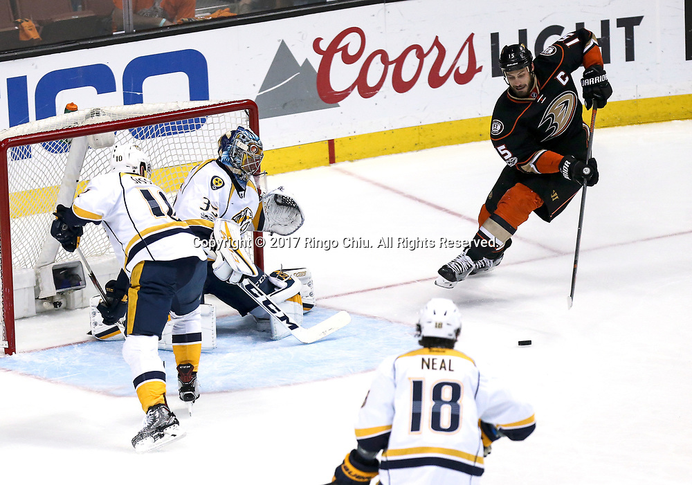 新华社照片,洛杉矶,2017年5月14日 <br />  (体育)(2)冰球——NHL季后赛西部决赛:阿纳海姆鸭队胜纳什维尔捕食者队<br />  5月14日,阿纳海姆鸭队中锋 Ryan Getzlaf(右)在比赛中攻门。 <br />  当日,在美国加利福尼亚州的阿纳海姆举行的2016-2017赛季NHL季后赛西部决赛第二场比赛中,阿纳海姆鸭队主场以5比3战胜纳什维尔捕食者队。 <br />  新华社发(赵汉荣摄)(Photo by Ringo Chiu/PHOTOFORMULA.com)<br /> <br /> Usage Notes: This content is intended for editorial use only. For other uses, additional clearances may be required.