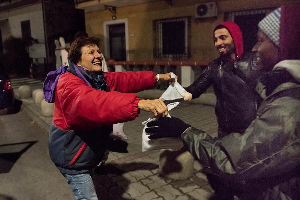 November 8, 2016 - Ventimiglia, Italy: Gisele, 71, distributes meals to migrants. Gisele and her husband Jean-Pierre, are members of a network that help migrants.  <br /> <br /> 8 novembre 2016 - Vintimille, Italie: Gisele, 71 ans, distribue des repas aux migrants. Gisele et son mari Jean-Pierre, sont membres d'un réseau d'aide aux migrants.