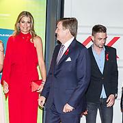 NLD/Amsterdam/20180516 - Koningspaar bij Red Ribbon Concert, Koning Willem Alexander en Koningin Maxima begroeten Anne en Chris samen met prinses Mabel