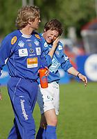 Erlend Holm, Aalesund, har fått en smell og går skadet av banen. Trener Ivar Morten Normark, Aalesund. <br /> <br /> Fotball: Kongsvinger - Aalesund 2-2 (5-2 e. straffer). NM 2004 herrer, 3. runde. 8. juni 2004. (Foto: Peter Tubaas/Digitalsport.