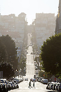 Uitzicht op Filbert Street. De Amerikaanse stad San Francisco aan de westkust is een van de grootste steden in Amerika en kenmerkt zich door de steile heuvels in de stad.<br /> <br /> View on Filbert Street. The US city of San Francisco on the west coast is one of the largest cities in America and is characterized by the steep hills in the city.