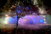 Nederland, The Netherlands, Nijmegen,  24-7-2015 Recreatie, ontspanning, cultuur, dans, theater en muziek in de binnenstad. Podium van de Matrixx. Een van de tientallen feestlocaties in de stad. Onlosmakelijk met de vierdaagse, 4daagse, zijn in Nijmegen de vierdaagse feesten, de zomerfeesten. Talrijke podia staat een keur aan artiesten, voor elk wat wils. Een week lang elke avond komen ruim honderdduizend bezoekers naar de stad. De politie heeft inmiddels grote ervaring met het spreiden van de mensen, het zgn. crowd control. De vierdaagsefeesten zijn het grootste evenement van Nederland en verbonden met de wandelvierdaagse.  alcohol, alkohol, black,  code, dance, Deejay, dj, Drinken,  fel, house,opgefokt,opgefokte,drugs, laser, laserlicht, lasershow, laserstralen, Licht,mensenmassa, Matrix, Matrixx, Mensen,  Muziek, netvlies, Rekreatie, Risico, stage, theater, uitgaan, stappen,uitje,avond,nacht,optreden,performanceFoto: Flip Franssen/Hollandse Hoogte