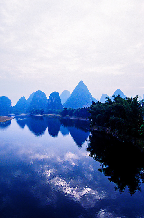Li Jiang (Li River) at Yangshuo (near Guilin), Guangxi region, southern China