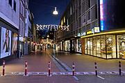 Nederland, Nijmegen, 24-12-2020 Lockdown in Nederland tijdens de dag voor kerstmis. De niet essentiele winkels zijn dicht. Kerstversiering hangt in de straten. Het is stil en leeg in de stad vlak voor kerstavond. Foto: Flip Franssen