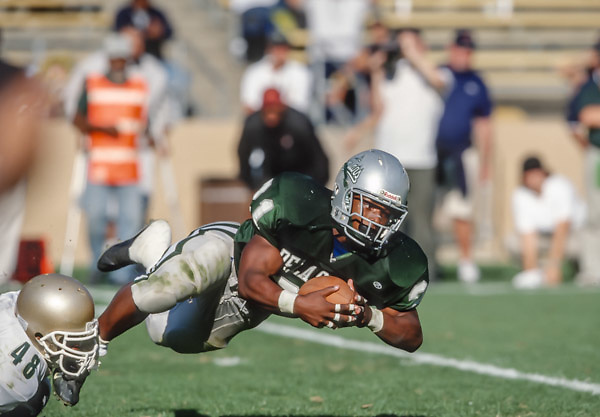 BERKELEY, CA -  OCTOBER 12:  Maurice Jones-Drew #21 of the #1 ranked high school football team from De La Salle High of Concord, California carries the ball during a high school football game played against the #2 ranked team from Long Beach Poly High School on October 12, 2002 in Memorial Stadium at the University of California at Berkeley, California.  De La Salle won by a final score of 28-7, their 130th straight victory.  (Photo by David Madison/Getty Images) *** Local Caption *** Maurice Jones-Drew