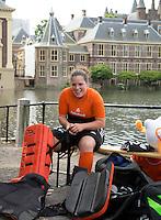 DEN HAAG - Teamfoto . Larissa Meijer. Het Nederlands dames hockeyteam poseerde vomorgen voor de officiele teamfoto, naar aanloop van het WK , bij de Hofvijver en het Binnenhof. Er werden uiteraard ook veel selfies gemaakt. FOTO KOEN SUYK