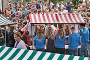 Nederland, Nijmegen, 18-8-2019 Inschrijving, aanmelding eerstejaars studenten voor het nieuwe studiejaar en de introductie aan de Radboud Universiteit, RU. In de komende week kunnen de studenten kennismaken met hun studiegenoten, sportverenigingen, studentenverenigingen en de stad. Na de inschrijving bezoeken de eerstejaars een markt met studentenverenigingen en verzamelen de vele mentorgroepen zich om de rest van de week samen op te trekken . Deze stand, kraam, is van de studievereniging rechten .FOTO: FLIP FRANSSEN