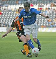 Fotball<br /> Treningskamper England<br /> 31.07.2004<br /> Foto: SBI/Digitalsport<br /> NORWAY ONLY<br /> <br /> Hull City v Birmingham City<br /> <br /> Hull's Jason Price (l) looks to tackle Birmingham's Muzzy Izzet (r).