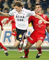 Fotball Tippiligaen 16.10.05 - Rosenborg - Brann 4-1<br /> Frode Johnsen felles av Paul Scharner<br /> Foto: Carl-Erik Eriksson, Digitalsport