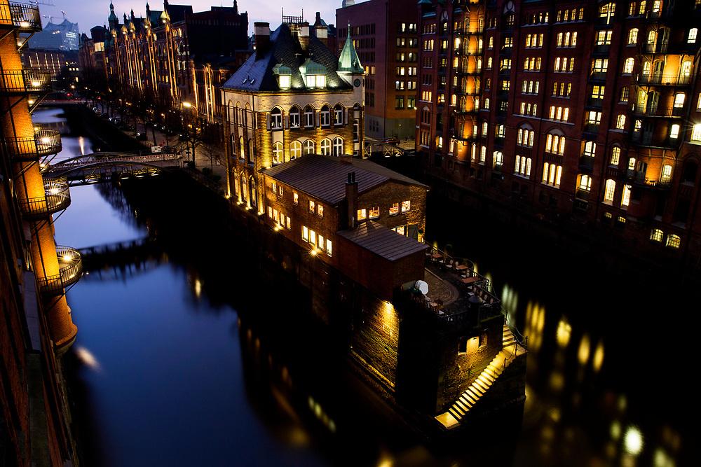 Blick auf das Wasserschloss und den Wandrahmsfleet in der historischen Hamburger Speicherstadt