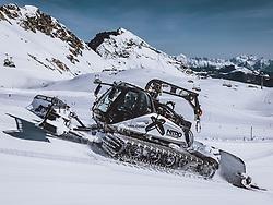 THEMENBILD - ein Pistengerät beim präparieren der Skipiste am Kitzsteinhorn Gletscher, aufgenommen am 09. April 2021 in Kaprun, Österreich // a piste groomer preparing the ski slope on the Kitzsteinhorn glacier, Kaprun, Austria on 2021/04/09. EXPA Pictures © 2021, PhotoCredit: EXPA/ JFK