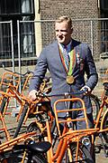 Medaillewinnaars van de Olympische Zomerspelen 2016 vertrekken per fiets van het Binnenhof voor een ontvangst op Paleis Noordeinde. <br /> <br /> op de foto:  Ferry Weertman, goud bij de 10 kilometer openwaterzwemmen