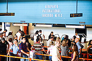 Confins_MG, Brasil...Fila de embarque no aeroporto internacional Trancredo Neves em Confins, Minas Gerais...Line to boarding at Tancredo Neves International Airport in Confins, Minas Gerais...Foto: LEO DRUMOND / NITRO